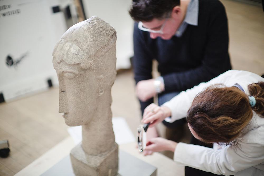 """11 DEC 2010 - Rovereto (TN) - Allestimento della mostra """"Modigliani scultore"""" al MART - Amedeo Clemente Modigliani: Testa di donna, 1912"""