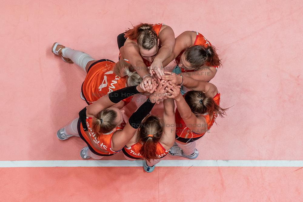 28-05-2019 NED: Volleyball Nations League Netherlands - Brazil, Apeldoorn<br /> <br /> Netherlands celebrate