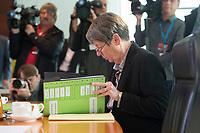 28 OCT 2015, BERLIN/GERMANY:<br /> Barbara Hendricks, SPD, Bundesumweltministerin, liest in ihren Unterlagen, vor Beginn einer Kabinettsitzung, Bundeskanzleramt<br /> IMAGE: 20151028-01-004<br /> KEYWORDS: Kabinett, Sitzung, lesen