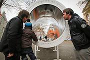 """Megafon. NTNUs gave til Trondheim kom i tre deler og er 18 meter lang og 12 tonn tung. Talerøret var  resultat av et prosjekt med stikkord """"arkitektur møter musikk"""". Målet var å lage noe som kunne være en gave til byen i forbindelse med NTNUs 100-årsjubileum i 2010. Under jubileet ble Megafon satt opp i pakren ved Vår Frue kirke."""