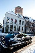 Een Citroën DS, alias de Snoek, rijdt door de sneeuw in Utrecht