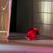 NLD/Hilversum/20130126 - 5e Liveshow Sterren Dansen op het IJs 2013, Paul Turner valt en glijd de coulise in