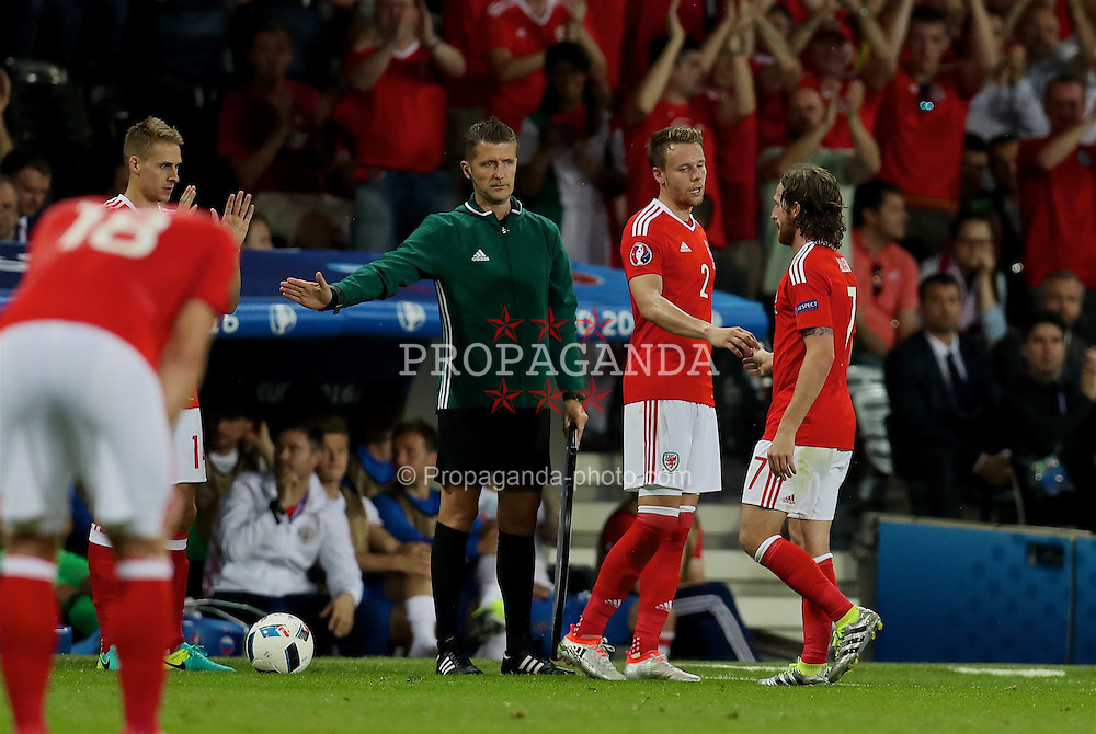 TOULOUSE, FRANCE - Monday, June 20, 2016: Wales' Joe Allen shakes hands with Chris Gunter as he is substituted during the final Group B UEFA Euro 2016 Championship match against Russia at Stadium de Toulouse. (Pic by David Rawcliffe/Propaganda)