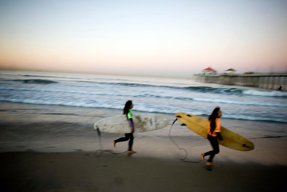 Huntington Beach, California, Surf City, USA..Huntington Beach is a legendary surf beach in California. The surf shop Rockin' Fig Headquarters, run by legendary surfer Rockin Fig, attracts local characters and young surfing talents... ..Huntington Beach High School Surf Team - morning practice....Photographer: Chris Maluszynski /MOMENT