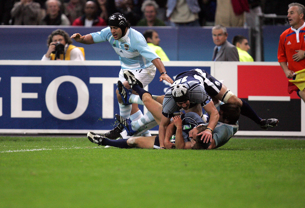 Chris Cusiter scores a try for Scotland. Argentina v Scotland (19 - 13) Stade de France, St Dennis, 07/10/2007, Quarter Final Match 44. Rugby World Cup 2007..