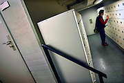 Nederland, Nijmegen, 16-7-2005..Verpleegkundige pakt in de nacht haar spullen uit een locker,afsluitbaar kastje,kluisje, in het..ziekenhuis UMC Radboud. Nachtdienst, veiligheid, angst, gevoel van onveiligheid, donker, onzeker, openbaar gebouw, diefstal, criminaliteit...Foto: Flip Franssen/Hollandse Hoogte