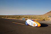 Christien Veelenturf tijdens de vijfde racedag. Het Human Power Team Delft en Amsterdam (HPT), dat bestaat uit studenten van de TU Delft en de VU Amsterdam, is in Amerika om te proberen het record snelfietsen te verbreken. Momenteel zijn zij recordhouder, in 2013 reed Sebastiaan Bowier 133,78 km/h in de VeloX3. In Battle Mountain (Nevada) wordt ieder jaar de World Human Powered Speed Challenge gehouden. Tijdens deze wedstrijd wordt geprobeerd zo hard mogelijk te fietsen op pure menskracht. Ze halen snelheden tot 133 km/h. De deelnemers bestaan zowel uit teams van universiteiten als uit hobbyisten. Met de gestroomlijnde fietsen willen ze laten zien wat mogelijk is met menskracht. De speciale ligfietsen kunnen gezien worden als de Formule 1 van het fietsen. De kennis die wordt opgedaan wordt ook gebruikt om duurzaam vervoer verder te ontwikkelen.<br /> <br /> Christien Veelenturf in the VeloX4 on the fifth racing day. The Human Power Team Delft and Amsterdam, a team by students of the TU Delft and the VU Amsterdam, is in America to set a new  world record speed cycling. I 2013 the team broke the record, Sebastiaan Bowier rode 133,78 km/h (83,13 mph) with the VeloX3. In Battle Mountain (Nevada) each year the World Human Powered Speed Challenge is held. During this race they try to ride on pure manpower as hard as possible. Speeds up to 133 km/h are reached. The participants consist of both teams from universities and from hobbyists. With the sleek bikes they want to show what is possible with human power. The special recumbent bicycles can be seen as the Formula 1 of the bicycle. The knowledge gained is also used to develop sustainable transport.