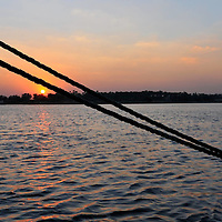 Le Nil (prononcé [nil]) est un fleuve d'Afrique. Avec une longueur d'environ 6 700 km, c'est avec le fleuve Amazone, le plus long fleuve du monde . Il est issu de la rencontre du Nil Blanc et du Nil Bleu. Le Nil blanc (Nahr-el-Abiad) prend sa source au lac Victoria , le Nil bleu (Nahr-el-Azrak) est issu du lac Tana (Éthiopie). Ses deux branches s'unissant à Khartoum, capitale du Soudan actuel, le Nil se jette dans la Méditerranée en formant un delta au nord de l'Égypte. En comptant ses deux branches, le Nil traverse le Rwanda, le Burundi, la Tanzanie, l'Ouganda, l'Éthiopie, le Soudan du Sud, le Soudan et l'Égypte. Il longe également le Kenya et la République démocratique du Congo (respectivement avec les lacs Victoria et Albert), et son bassin versant concerne aussi l'Érythrée grâce à son affluent du Tekezé.