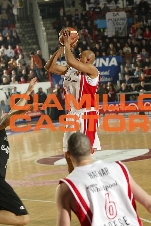 DESCRIZIONE : Varese Lega A1 2005-06 Whirlpool Pallacanestro Varese Caffe Maxim Virtus Bologna<br /> GIOCATORE : Garnett<br /> SQUADRA : Whirlpool Pallacanestro Varese<br /> EVENTO : Campionato Lega A1 2005-2006 <br /> GARA : Whirlpool Pallacanestro Varese Caffe Maxim Virtus Bologna <br /> DATA : 15/01/2006 <br /> CATEGORIA : Tiro <br /> SPORT : Pallacanestro <br /> AUTORE : Agenzia Ciamillo-Castoria/G.Cottini <br /> Galleria : Lega Basket A1 2005-2006<br /> Fotonotizia : Varese Campionato Italiano Lega A1 2005-2006 Whirlpool Pallacanestro Varese Caffe Maxim Virtus Bologna<br /> Predefinita :