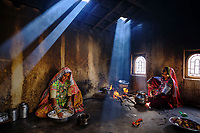 Inde, Gujarat, Kutch, village de Ludiya, population d'ethnie Meghwal, cuisine traditionelle // India, Gujarat, Kutch, Ludiya village, Meghwal ethnic group, women working in the kitchen