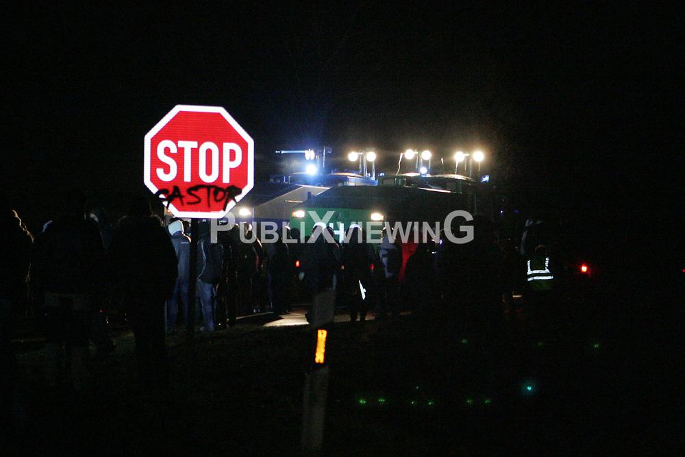 Die Polizei r&uuml;ckt kurz vor Mitternacht mit Wasserwerfern und R&auml;umfahrzeugen gegen das Camp in Metzingen vor. <br /> <br /> Ort: Metzingen<br /> Copyright: Karin Behr<br /> Quelle: PubliXviewinG