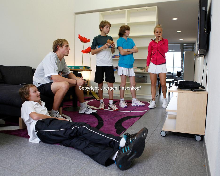 BTV Tennis Internat in der TennisBase in Oberhaching/Muenchen,.Nachwuchsspieler,Junioren,Talente,Gruppe von jungen Spielern schaut fern  im Aufenthaltsraum,Freizeit,Ganzkoerper,Querformat,Freizeit,