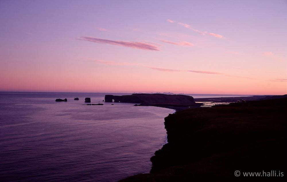 Dyrhólaey við sólsetur séð af Reynisfjalli / Dyrholaey at sunset. seen from the mountain Reynisfjall