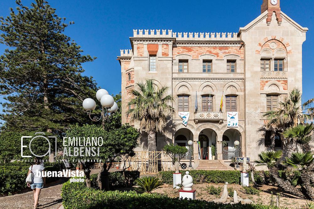 Favignana, Sicilia, Italia, 2016<br /> Palazzo Florio, nel centro di Favignana.<br /> <br /> Il palazzo &egrave; per l&rsquo;isola un gioiello, realizzato con un mix di stile neogotico nella struttura esterna e liberty negli arredi interni, richiama le atmosfere di fine &lsquo;800.<br /> <br /> Fu fatto costruire da Ignazio Senior nel 1878, subito dopo aver acquistato le Egadi, e fu progettato dall&rsquo;architetto e ingegnere palermitano Giuseppe Damiani Almeyda. Per farlo fu abbattuta una torre preesistente che costituiva il forte S.Leonardo.<br /> <br /> Il palazzo divenne il salotto di Favignana, dove Ignazio Florio Junior e Donna Franca invitavano i loro amici a far festa, nel periodo della mattanza.<br /> <br /> Favignana, Sicily, Italy, 2016<br /> Florio Palace, in the center of Favignana.<br /> <br /> The palace is a jewel for the island, made with a mix of neo-Gothic style for the outer structure and Art Nouveau for the interior furnishings, it recalls the atmosphere of the late ' 800.<br /> <br /> It was built by Ignazio Senior in 1878, shortly after buying the Egadi, and it was designed by the architect and engineer from Palermo Giuseppe Damiani Almeyda. It was demolished the existing S.Leonardo tower to build it.<br /> <br /> The palace became the parlor of Favignana, where Ignazio Florio Junior and Donna Franca invited their friends to party in the period of tonnara (tuna trap fishing)
