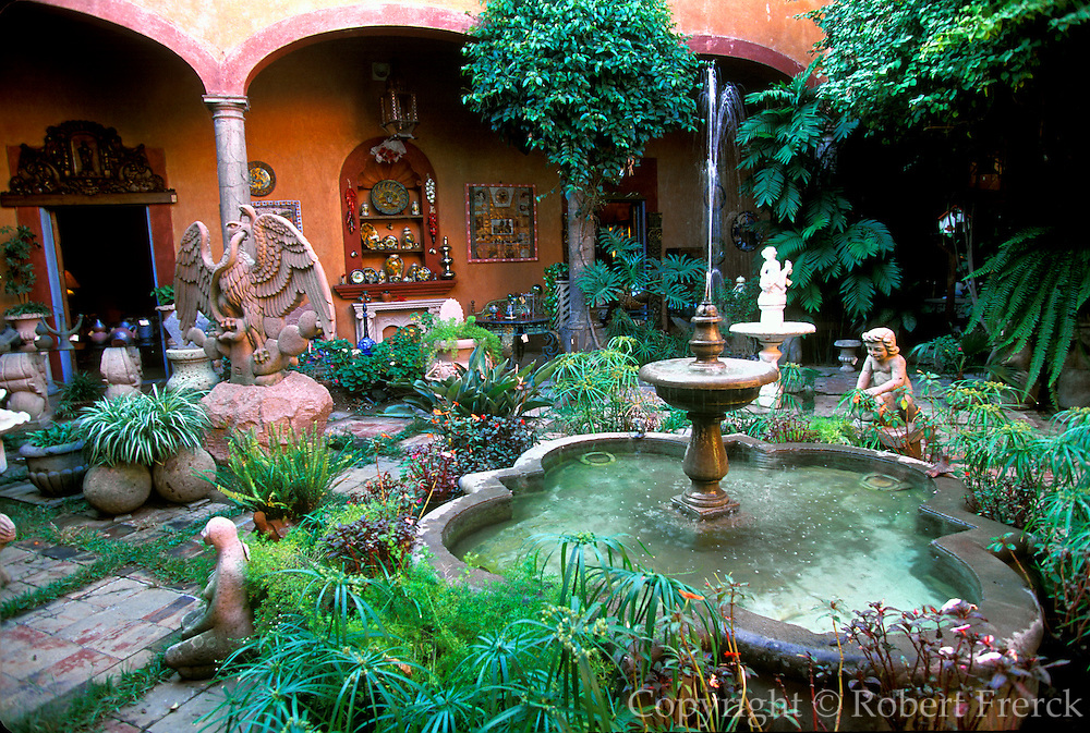 MEXICO, GUADALAJARA San Pedro Tlaquepaque, popular suburb containing many craft shop, galleries and restaurants