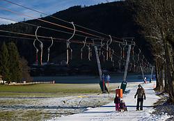 THEMENBILD - Touristen spazieren auf der präparierten Spur eines Schleppliftes, aufgenommen am 23. Dezember 2014, Kaprun, Österreich. Kein Wintereinbruch, Seilbahner warten auf Schnee bzw. auf einen Temperatursturz // Tourists walk on the prepared trail of a drag lift, Kaprun, Austria on 2014/12/23. EXPA Pictures © 2014, PhotoCredit: EXPA/ JFK