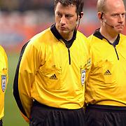 NLD/Amsterdam/20060222 - Voetbal, Champions League, Ajax - FC Internazionale, scheidsrechter Wolfgang Stark met headset, communicatie