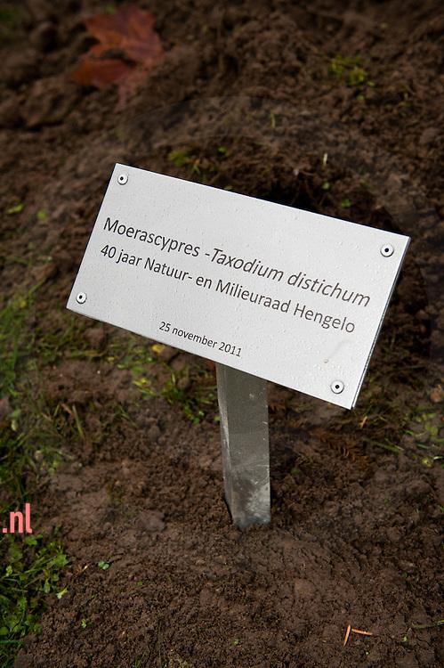 Nederland, hengelo 25 nov2011 tgv 40 jaar natuur en milieuraad hengelo wordt een boom gepland. groepsfoto het bestuur van de nmr
