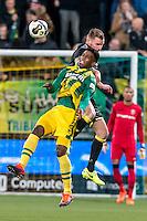 DEN HAAG - ADO Den Haag - Vitesse , Voetbal , Eredivisie , Seizoen 2016/2017 , Kyocera Stadion , 03-02-2017 , ADO Den Haag speler Guyon Fernandez (l) in kop duel met Vitesse speler Maikel van der Werff (r)