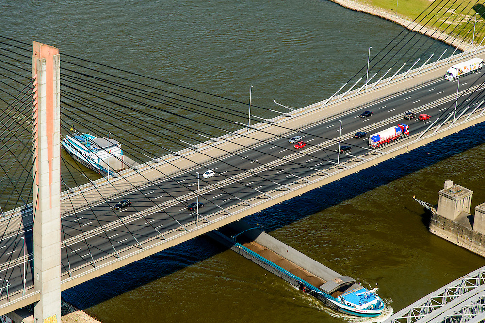 Nederland, Gelderland, Zaltbommel, 26-06-2014; bruggen over de rivier de Waal bij Zaltbommel.  Naast de spoorbrug, spoorlijn Utrecht - Den Bosch, de Martinus Nijhofbrug voor autoverkeer op rijksweg A2.<br /> Bridges over the River Waal. Railway bridge, railway line Utrecht - Den Bosch and the Martinus Nijhof bridge, motorway A2.<br /> luchtfoto (toeslag op standaard tarieven);<br /> aerial photo (additional fee required);<br /> copyright foto/photo Siebe Swart.