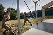 Soldaten der Bundeswehr bauen ein Notquartier aus 63 Zelten für Flüchtlinge in Doberlug-Kirchhain (Elbe-Elster-Kreis).