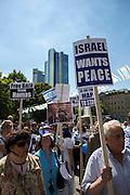 Frankfurt am Main | 17 July 2014<br /> <br /> Solidarit&auml;tsdemo f&uuml;r Israel, f&uuml;r Frieden und f&uuml;r das Ende der Angriffe der Hamas auf dem Opernplatz vor der Alten Oper in Frankfurt am Main, hier: Transparent &quot;Israel Wants Peace&quot;. <br /> <br /> &copy; peter-juelich.com