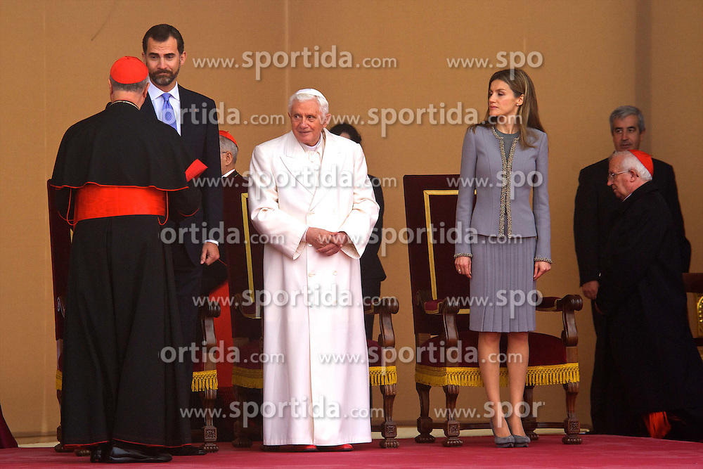 06.11.2010, A Coruna, Santiago de Compostela, ESP, Pope Benedict XVI visit Spain, im Bild Pope Benedict XVI is welcomed by Prince Felipe  and Princess Letizia upon his arrival at the Lavacolla airport, in Santiago de Compostela. EXPA Pictures © 2010, PhotoCredit: EXPA/ Alterphotos/ Cesar Cebolla +++++ ATTENTION - OUT OF SPAIN / ESP +++++