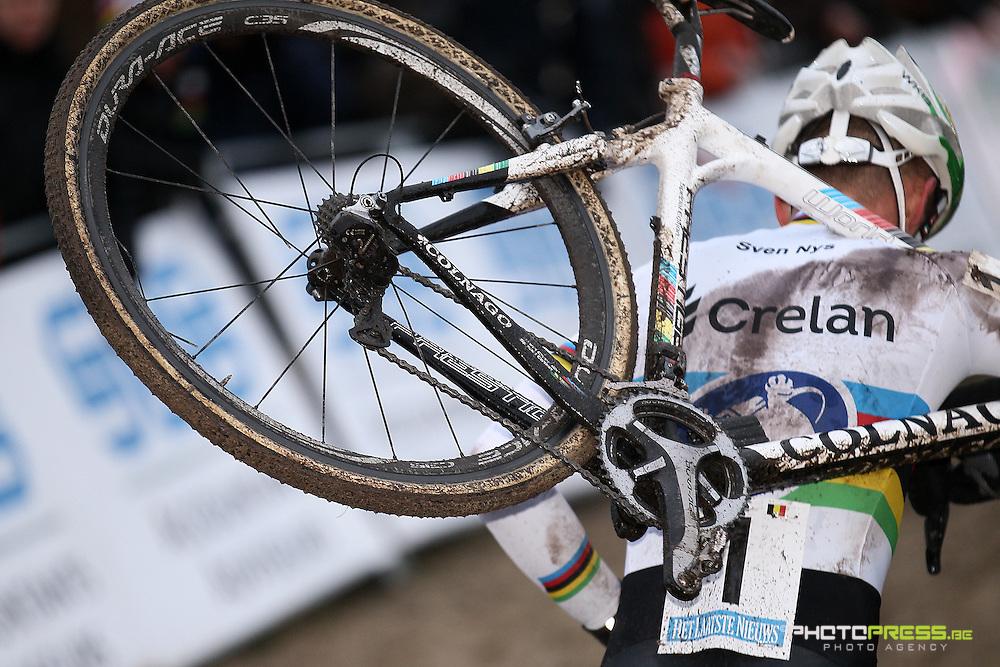 NETHERLANDS / NEDERLAND / PAYS BAS / GIETEN / CYCLING / WIELRENNEN / CYCLISME / CYCLOCROSS / VELDRIJDEN /  HANSGROHE SUPERPRESTIGE VELDRIJDEN / SVEN NYS / PECH / DERAILLEUR IN WIEL / KAPOTTE SPAKEN /