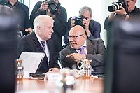 20 JUN 2018, BERLIN/GERMANY:<br /> Horst Seehofer (L), CSU, Bundesinnenminister, und Peter Altmeier (R), CDU, Bundeswirtschaftsminister, im Gespraech, vor Beginn der Kabinettsitzung, Bundeskanzleramt<br /> IMAGE: 20180620-01-016<br /> KEYWORDS: Kabinett, Sitzung, Gespräch