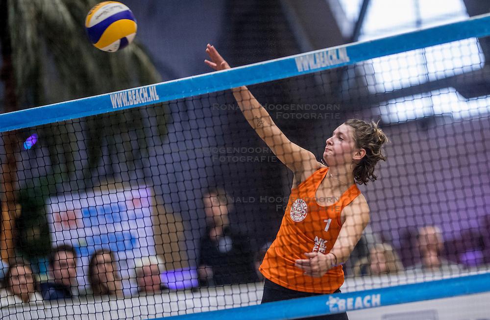 08-01-2017 NED: NK Beachvolleybal Indoor, Aalsmeer<br /> Emi v. Driel #1/ Raisa Schoon #2 verslaan in de eerste halve finale Jolien Sinnema #2/ Joy Stubbe #1 met 2-0 (21-16, 23-21) / Joy Stubbe #1
