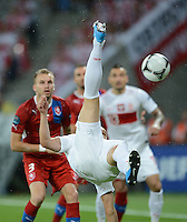 FUSSBALL  EUROPAMEISTERSCHAFT 2012   VORRUNDE Tschechien - Polen               16.06.2012 Darius Dudka (Polen) per Fallrueckzieher. Michal Kadlec (hinten, Tschechische Republik) beobachtet das erstaunt.