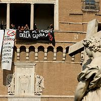 I movimenti di lotta per la casa occupano  Castel Sant' Angelo