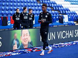 LEICESTER, ENGLAND - Saturday, November 10, 2018: Leicester City's Demarai Gray looks at the tributes left for club chairman Vichai Srivaddhanaprabha, who died in a helicopter crash on Oct 27, before the FA Premier League match between Leicester City FC and Burnley FC at the King Power Stadium. (Pic by David Rawcliffe/Propaganda)