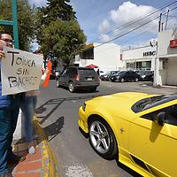 TOLUCA, México.- (Octubre 03, 2018).- Vecinos de la Colonia Ciprés se manifestaron en el monumento al Águila en Paseo Colón para hacer un llamado a las autoridades municipales a cerrar diversos bares en la zona así como los baches que se encuentran en este lugar. Agencia MVT / Crisanta Espinosa.