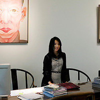 BEIJING, OCT. 22: Anna Liuli an ihrem Arbeitsplatz , der eine Mischung aus Tradition und Modern ist.