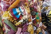 bunte Nudeln, Souvenirshop, Altstadt, Riva del Garda, Gardasee, Trentino, Italien | pasta, souvenir shop, old town, Riva del Garda, Lake Garda, Trentino, Italy