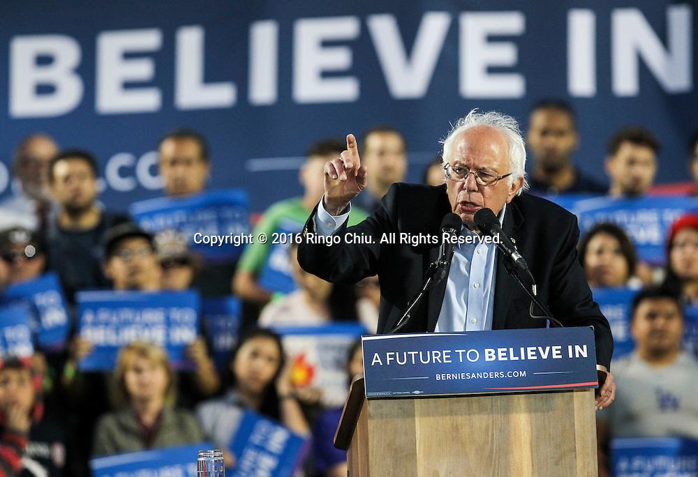 5月26日,在美国加利福尼亚州洛杉矶的波莫纳市,伯尼&middot;桑德斯向支持者演讲。当日,美国民主党总统竞选人伯尼&middot;桑德斯在洛杉矶举行竞选集会。 新华社发(赵汉荣摄)<br /> Democratic presidential candidate Bernie Sanders speaks  during a rally in Pomona, California, the United States, on May 26, 2016. (Xinhua/Zhao Hanrong)(Photo by Ringo Chiu/PHOTOFORMULA.com)<br /> <br /> Usage Notes: This content is intended for editorial use only. For other uses, additional clearances may be required.