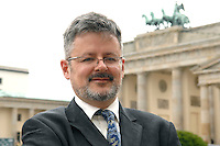 04 JUL 2007, BERLIN/GERMANY:<br /> Christopher Clark, Historiker, Professor fuer Neuere Europaeische Geschichte am St. Catharine's College, Cambridge, vor dem Brandenburger Tor, Pariser Platz<br /> IMAGE: 20070704-01-057