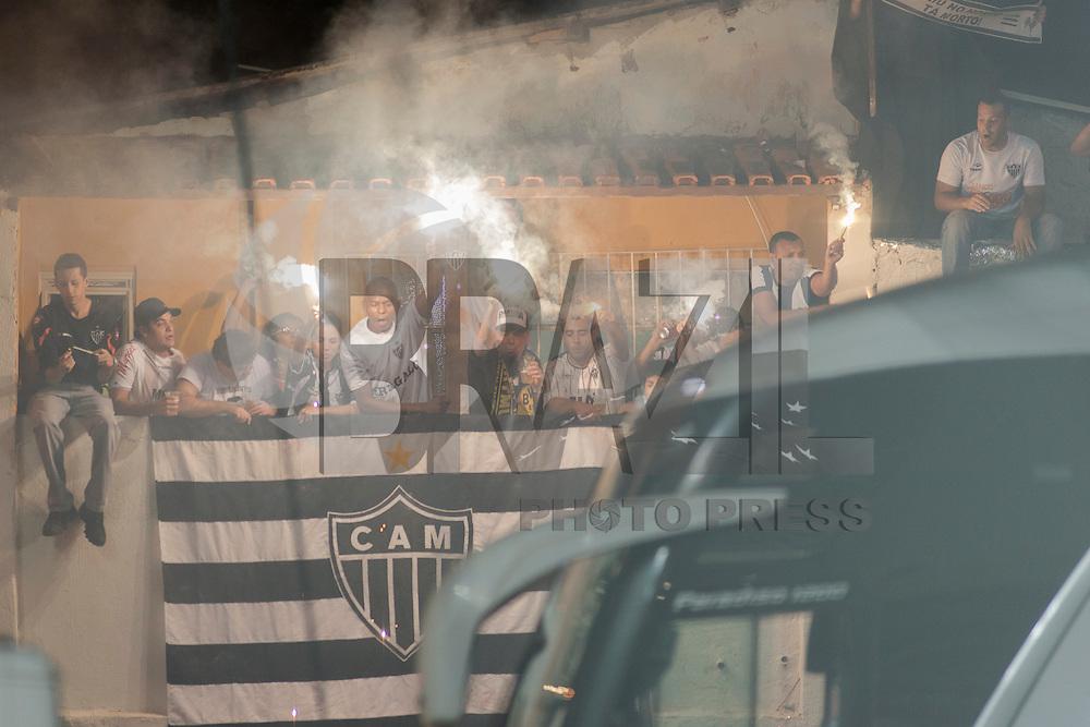 BELO HORIZONTE, MG, 08 MAIO 2013 - LIBERTADORES - ATLÉTICO MG X SAO PAULO - Torcida do Atlético Mineiro durante antes da partida contra o Sao Paulo, jogo valido pela partida de volta das oitavas de finais da Taça Libertadores da América no estádio Independencia em Belo Horizonte, na noite desta quarta-feira, 08. FOTO: NEREU JR / BRAZIL PHOTO PRESS).