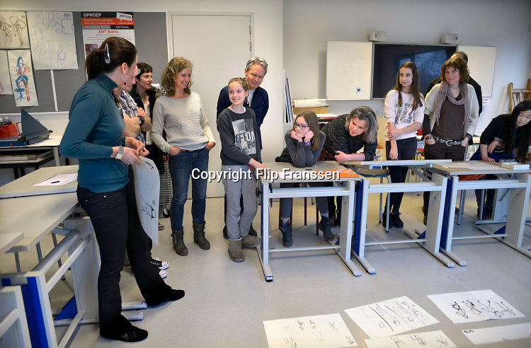 Nederland, Nijmegen, 20-2-2016Open dag middelbare school. Montesori college, tekenlokaal, tekenles.De open dagen van het middelbaar onderwijs. Hier zijn leerlingen kinderen uit groep acht van de basisschool en hun ouders aan het kijken in een middelbare school.Foto: Flip Franssen/Hollandse Hoogte