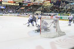 16.01.2015, Saturn Arena, Ingolstadt, GER, DEL, ERC Ingolstadt vs Schwenninger Wild Wings, 39. Runde, im Bild Ryan MacMurchy (Nr.27, ERC Ingolstadt) prueft Torhueter Dimitri Paetzold (Nr.32, Schwenninger Wild Wings) // during Germans DEL Icehockey League 39th round match between ERC Ingolstadt and Schwenninger Wild Wings at the Saturn Arena in Ingolstadt, Germany on 2015/01/16. EXPA Pictures © 2015, PhotoCredit: EXPA/ Eibner-Pressefoto/ Strisch<br /> <br /> *****ATTENTION - OUT of GER*****