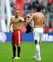 Fussball 1. Bundesliga :  Saison   2010/2011   4. Spieltag  18.09.2010 FC Bayern Muenchen - 1 FC Koeln Franck Ribery (li, FC Bayern Muenchen) tauscht das Trikot mit Fabrice Ehret (re, 1. FC Koeln)