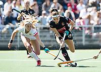 AMSTELVEEN  - Hockey -  2ee wedstrijd halve finale Play Offs dames.  Amsterdam-Oranje Rood (2-1). Eva de Goede (A'dam) en links Yibbi Jansen (Oranje-Rood)       COPYRIGHT KOEN SUYK