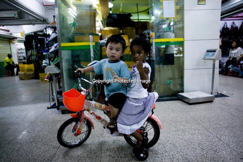GUANGZHOU, 3. Mai , 2010:.ein kleiner Chinese sielt mit einem kleinen Maedchen   im Tangqi Handelszentrum in Guangzhou...