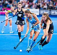Londen - Magdalena Fernandez Ladra (Arg) met Elizabeth Keddell (NZL)  tijdens de cross over wedstrijd Argentinie-Nieuw Zeeland (2-0)  bij het WK Hockey 2018 in Londen .  COPYRIGHT KOEN SUYK