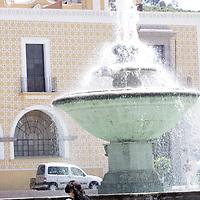 TOLUCA, México.- A consecuencia de las altas temperaturas que se viven en la ciudad de Toluca la gente busca refrescarse de alguna forma y cubrirse del sol. Agencia MVT / Crisanta Espinosa. (DIGITAL)