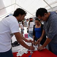Toluca, México (Febrero 11, 2017).- Integrantes de Rotaract Valle de Toluca llevaron a cabo una feria de Detección y Prevención de VIH en la Plaza  González Arratia, en donde se brindo información del condón y métodos anticonceptivos, así como pruebas de VIH. Agencia MVT / Crisanta Espinosa