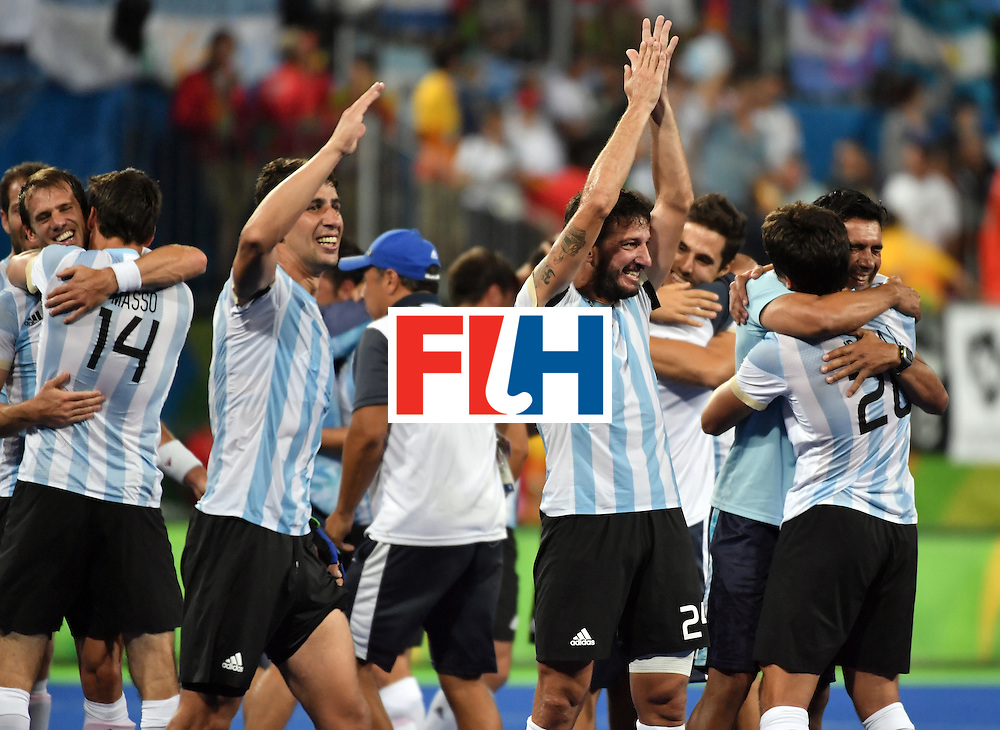 Argentina's players celebrate after winning the men's Gold medal field hockey Belgium vs Argentina match of the Rio 2016 Olympics Games at the Olympic Hockey Centre in Rio de Janeiro on August 18, 2016. / AFP / Pascal GUYOT        (Photo credit should read PASCAL GUYOT/AFP/Getty Images)