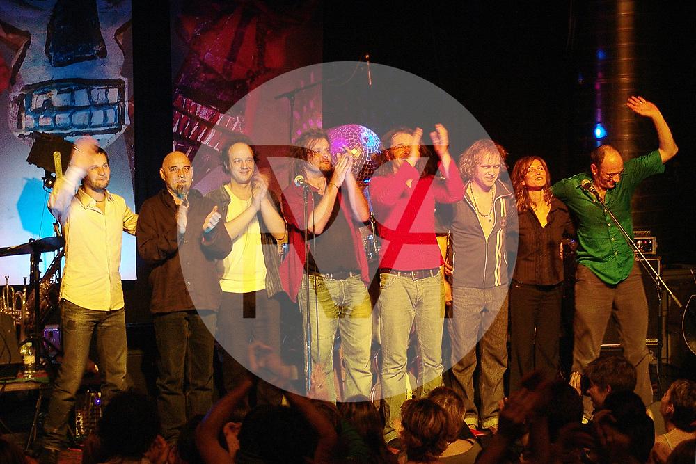 SCHWEIZ - SOLOTHURN - Patent Ochsner spielt auf der 'Liebi, Tod + Tüüfu'-Tour im Kofmehl - 16. Dezember 2005 © Raphael Hünerfauth - http://huenerfauth.ch
