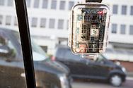 Läraren Shuji Akagi, 47, med geigermätare från Safecast hängande på sidan av sin bil. Fukushima City, Japan